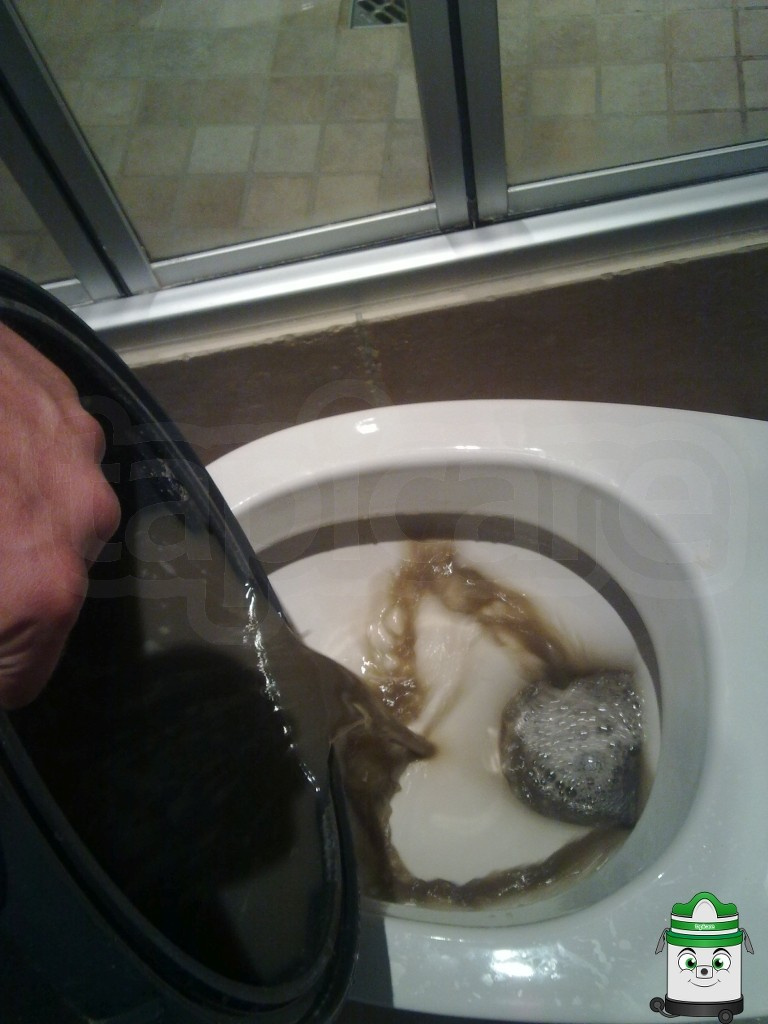 brudna woda po czyszczeniu kanapy