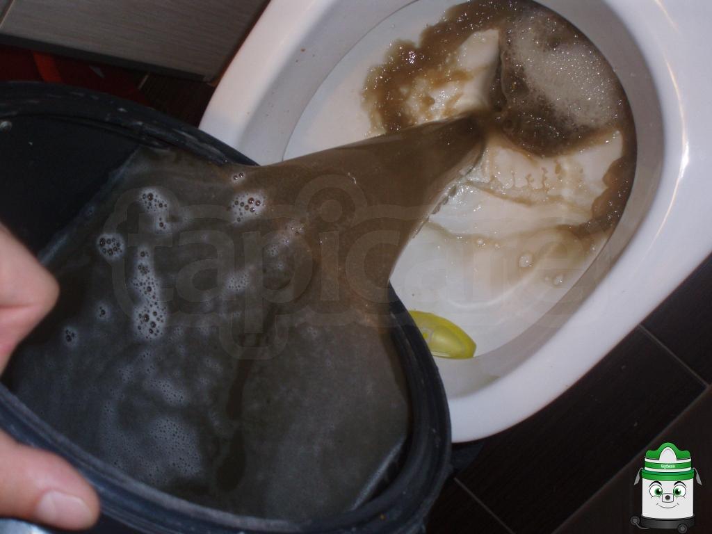 brudna woda po czyszczeniu wersalki