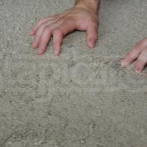 Oględziny plam na dywanie